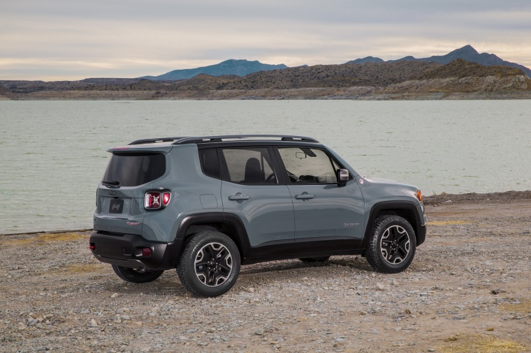 2017 Jeep Renegade Trailhawk 4WD in Glacier Metallic from a right side view