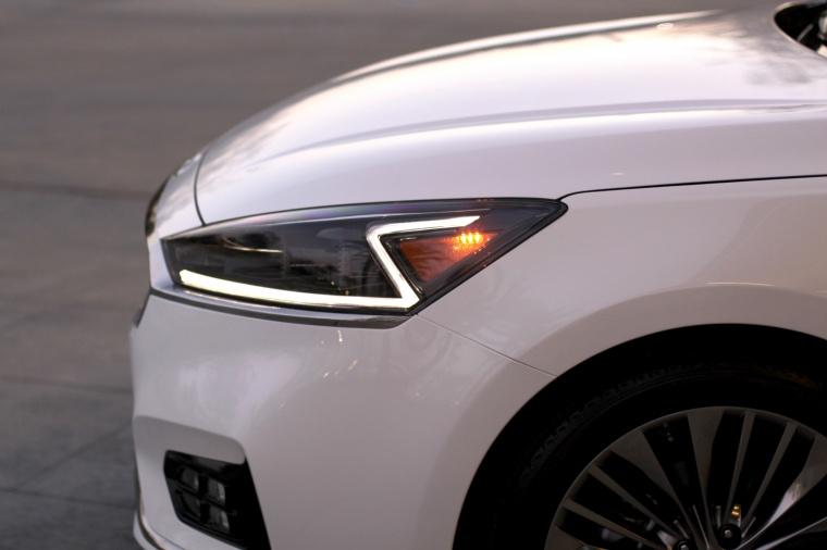 2017 Kia Cadenza Headlight Picture