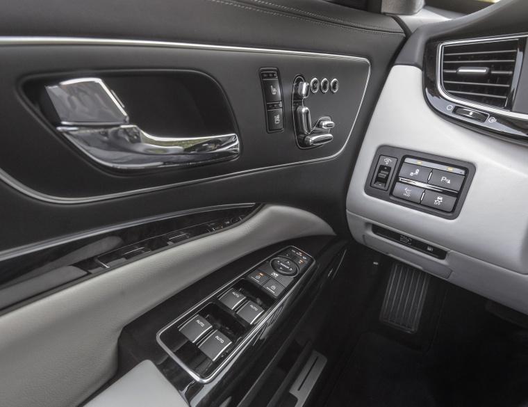 2016 Kia K900 Luxury V8 Door Panel Picture