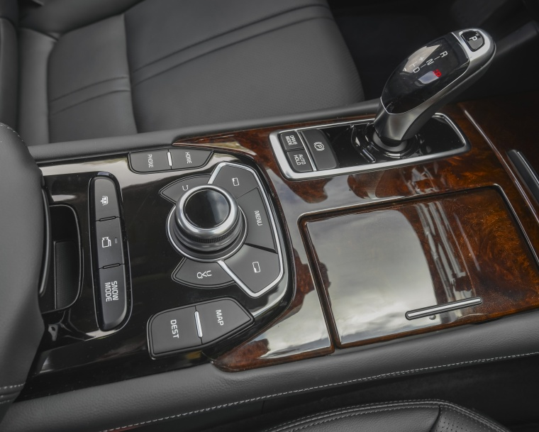 2016 Kia K900 Luxury V8 Center Console Picture