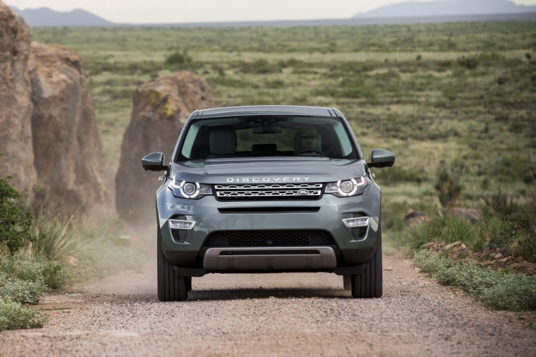 Driving 2018 Land Rover Discovery Sport HSE Luxury in Scotia Gray Metallic from a frontal view
