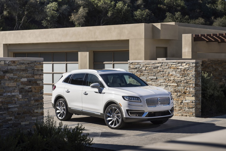 Picture of a 2020 Lincoln Nautilus 2.7T AWD in Ceramic Pearl from a front right three-quarter perspective