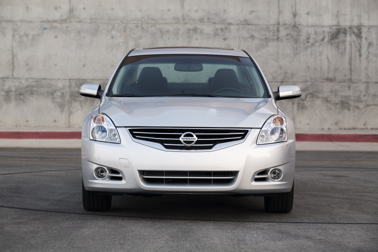 2010 Nissan Altima 3.5 SR in Radiant Silver Metallic from a frontal view