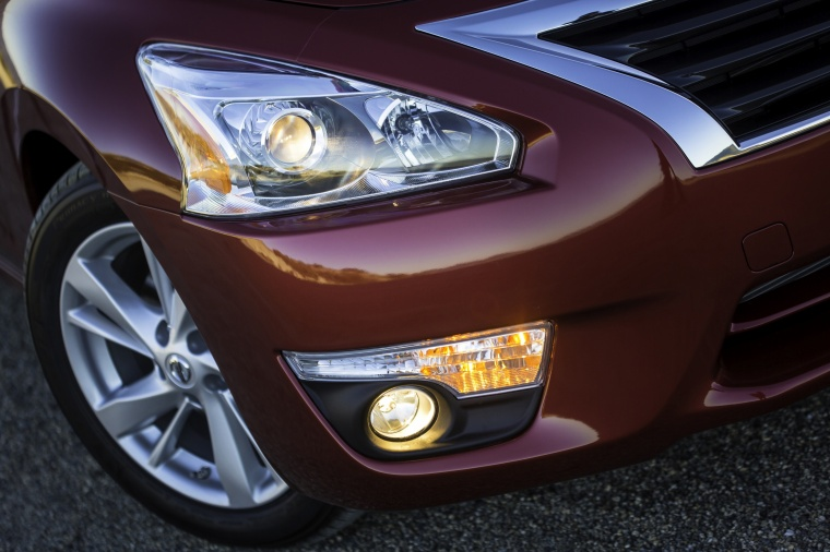 2015 Nissan Altima Sedan 2.5 SV Headlight Picture