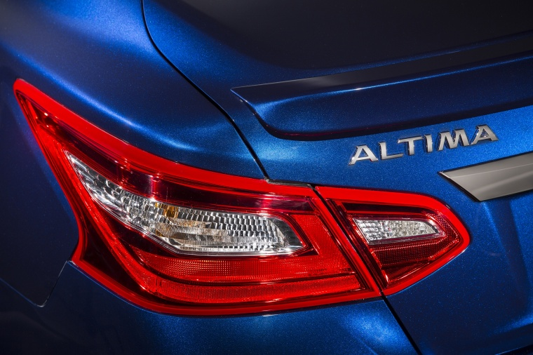 2016 Nissan Altima SR Tail Light Picture