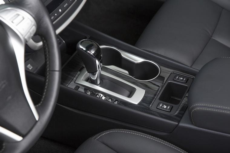 2017 Nissan Altima SR Center Console Picture