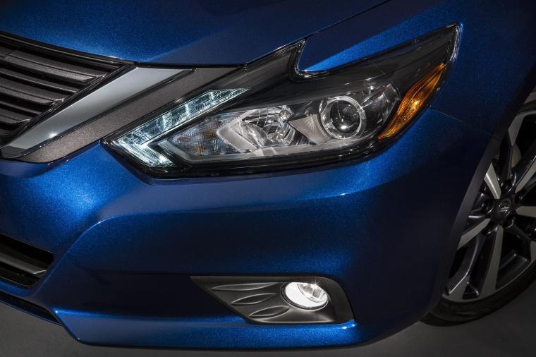 2017 Nissan Altima SR Headlight Picture