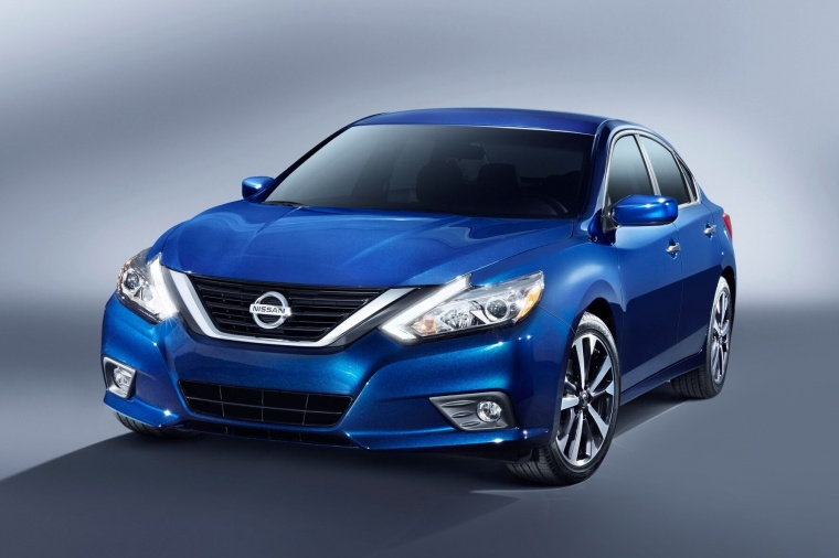 2018 Nissan Altima SR in Deep Blue Pearl from a frontal view