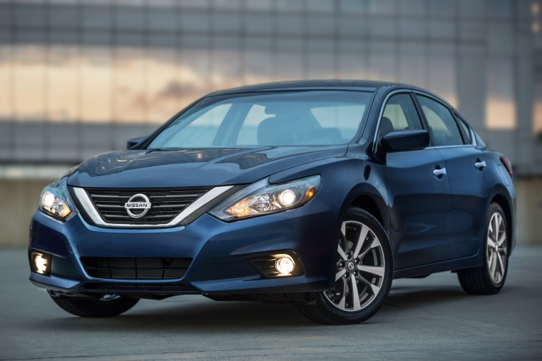2018 Nissan Altima SR in Deep Blue Pearl from a front left view