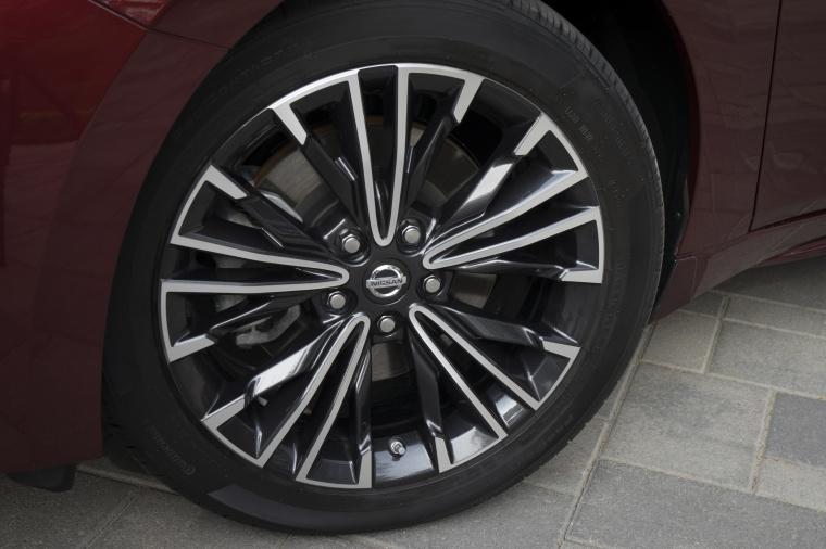 2017 Nissan Maxima Platinum Sedan Rim Picture
