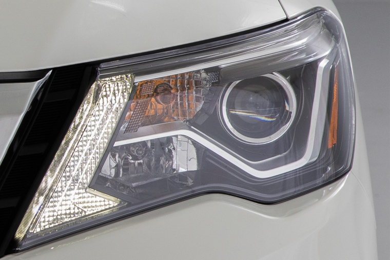Picture of a 2020 Nissan Pathfinder Platinum's Headlight