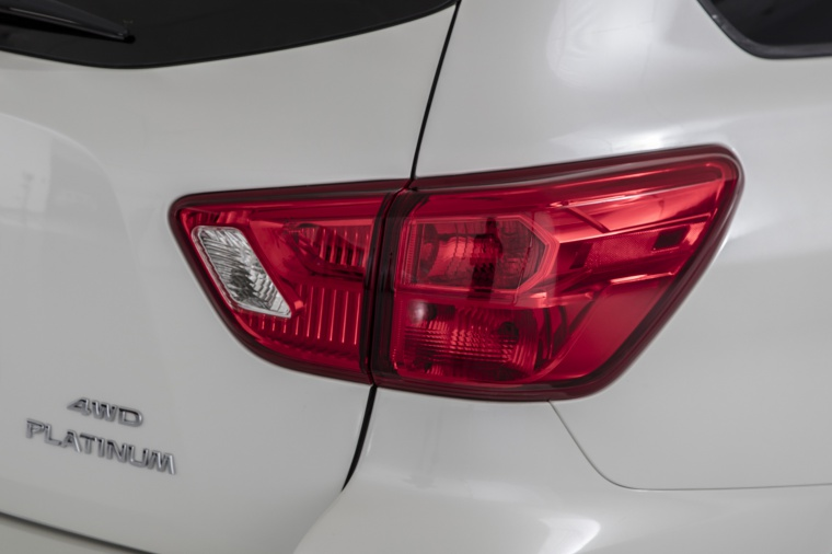 Picture of a 2020 Nissan Pathfinder Platinum's Tail Light