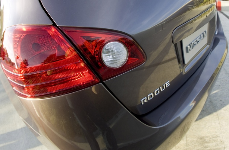 2010 Nissan Rogue Tail Light Picture