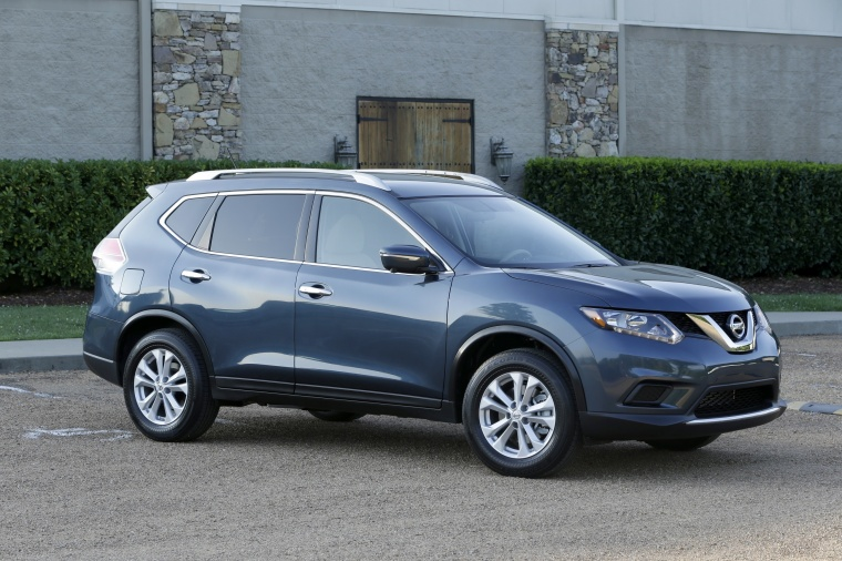 Picture of a 2016 Nissan Rogue SL AWD in Arctic Blue Metallic from a front right three-quarter perspective