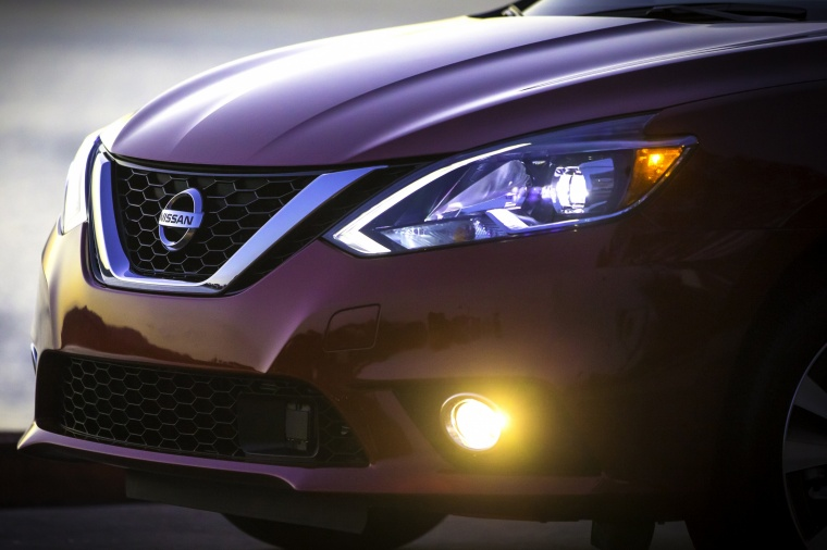 2017 Nissan Sentra Headlight Picture