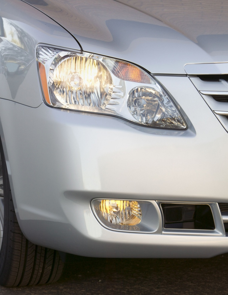 2010 Toyota Avalon Limited Headlight Picture
