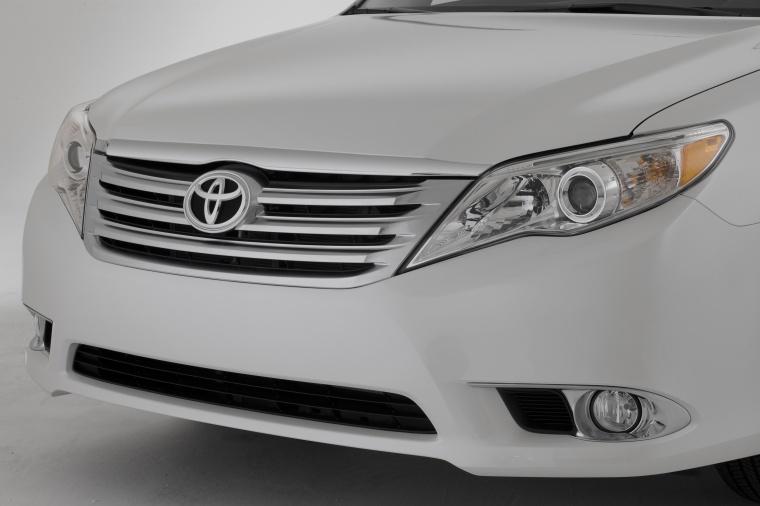 2011 Toyota Avalon Headlight Picture