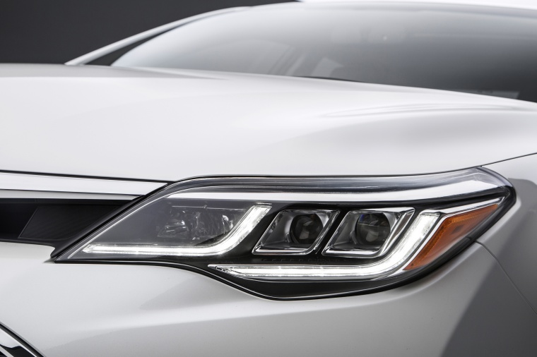2017 Toyota Avalon Touring Headlight Picture