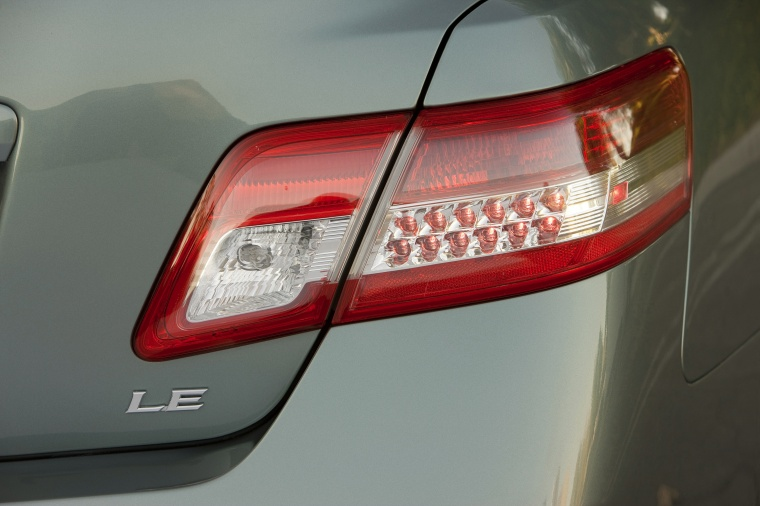2011 toyota camry le tail light picture pic image. Black Bedroom Furniture Sets. Home Design Ideas