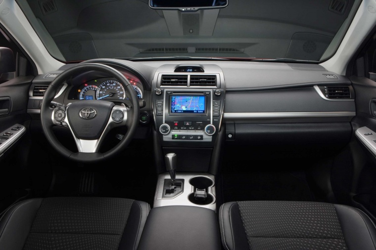 2014 Toyota Camry SE Cockpit Picture