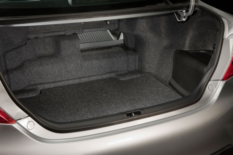 2014 Toyota Camry Hybrid XLE Trunk Picture