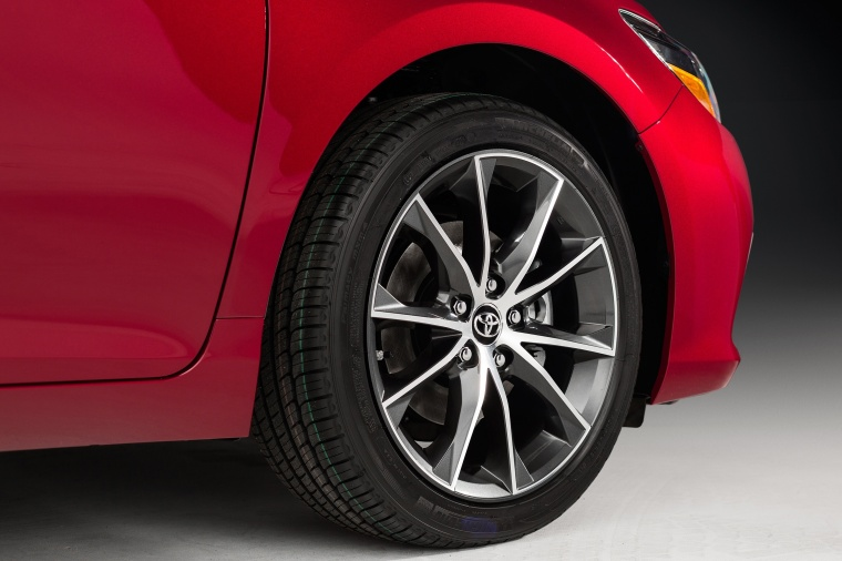 2017 Toyota Camry XSE Rim Picture