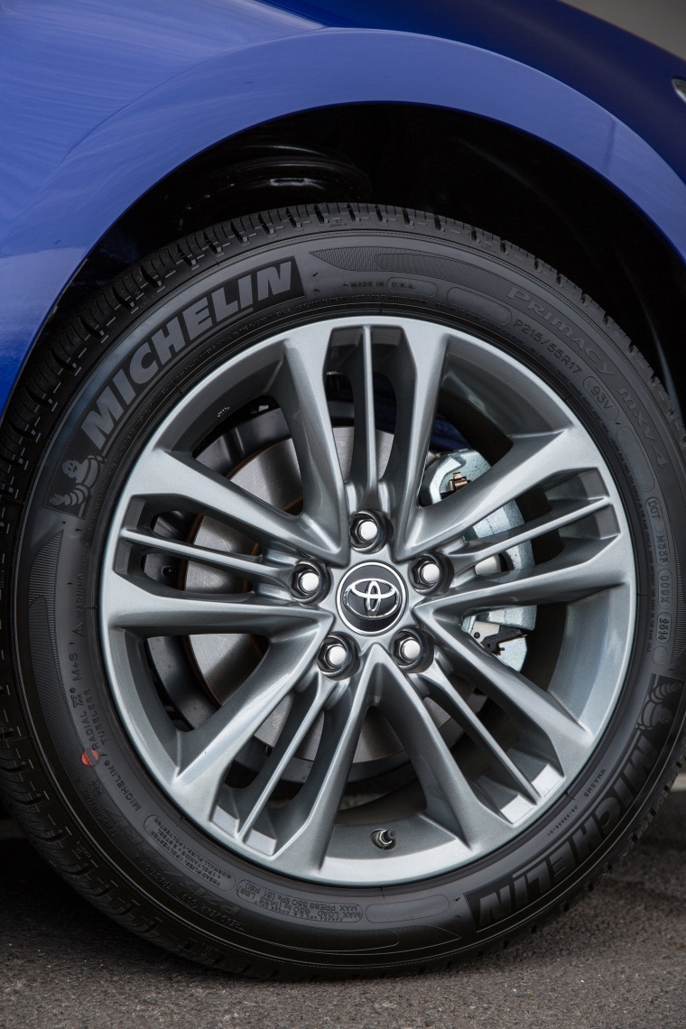 2017 Toyota Camry Hybrid SE Rim Picture