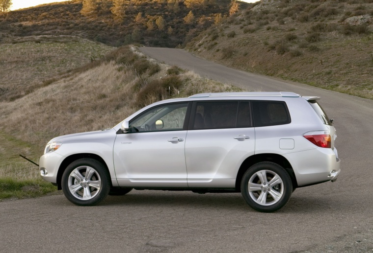 2010 toyota highlander in classic silver metallic color static side view picture image. Black Bedroom Furniture Sets. Home Design Ideas
