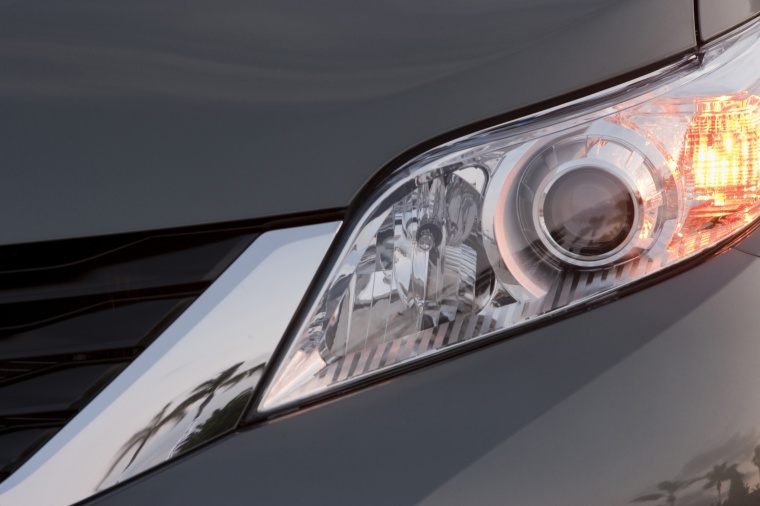 2014 Toyota Sienna LE Headlight Picture