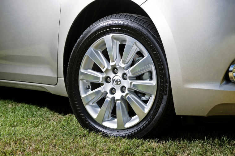 2017 Toyota Sienna Limited AWD Rim Picture