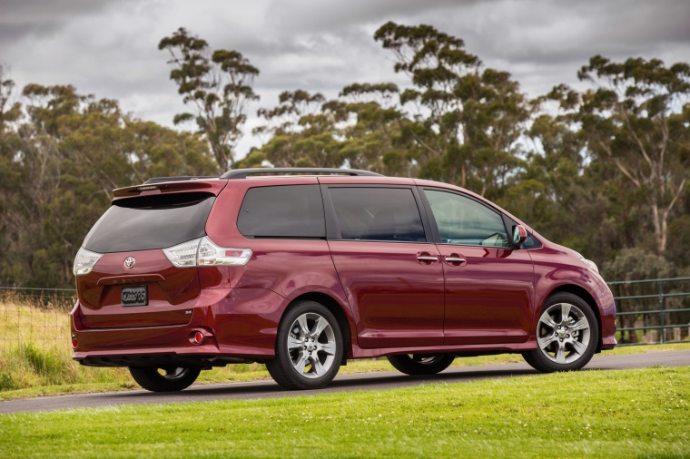 2017 Toyota Sienna SE in Salsa Red Pearl from a rear right three-quarter view