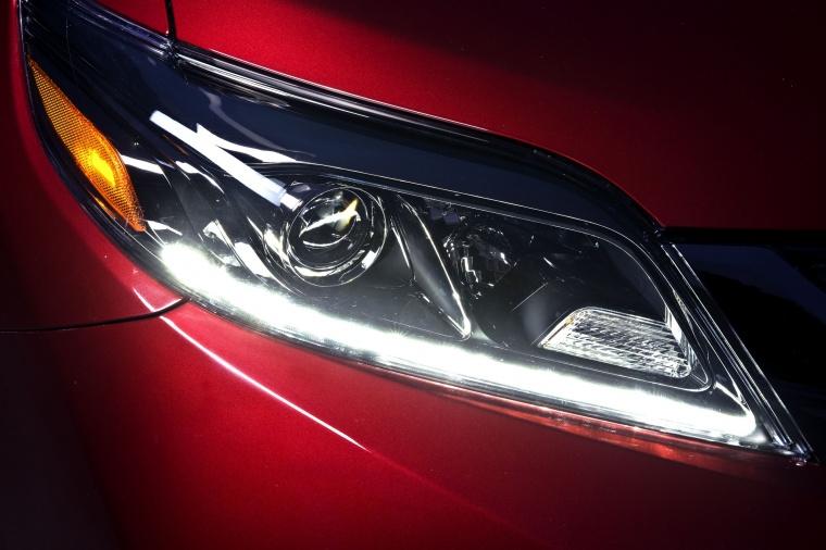 2017 Toyota Sienna SE Headlight Picture