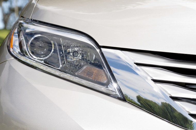 2017 Toyota Sienna Limited AWD Headlight Picture