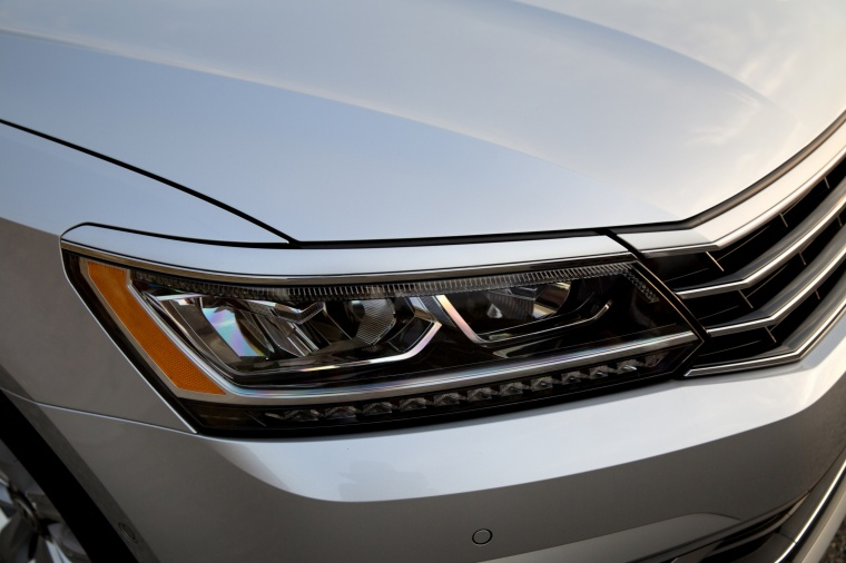 2018 Volkswagen Passat Sedan Headlight Picture