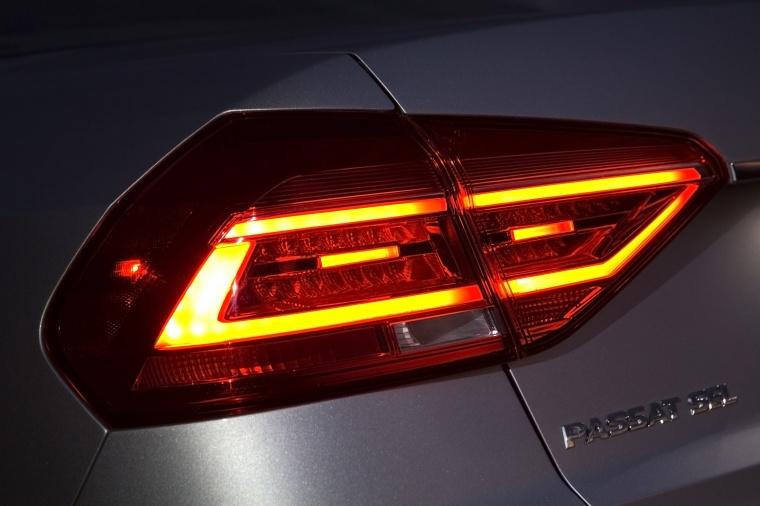 2018 Volkswagen Passat Sedan Tail Light Picture