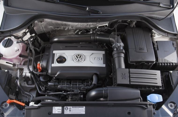 2017 Volkswagen Tiguan 2.0-liter 4-cylinder turbocharged Engine Picture