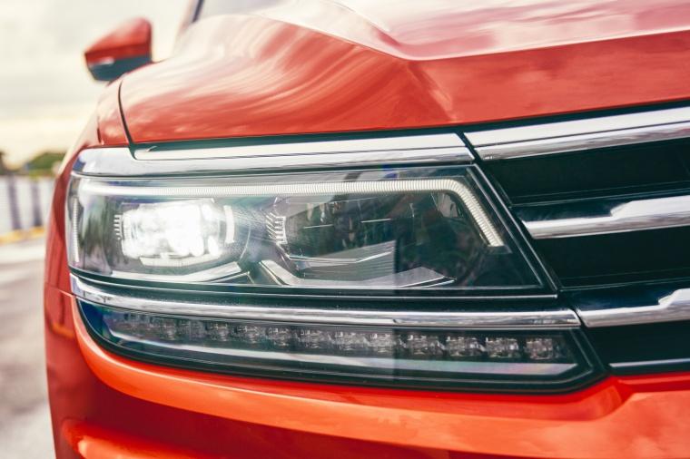 2019 Volkswagen Tiguan SEL Headlight Picture