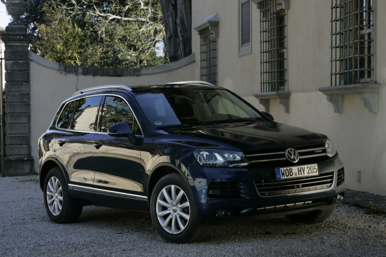 2011 Volkswagen Touareg Hybrid in Black Uni from a front right three-quarter view