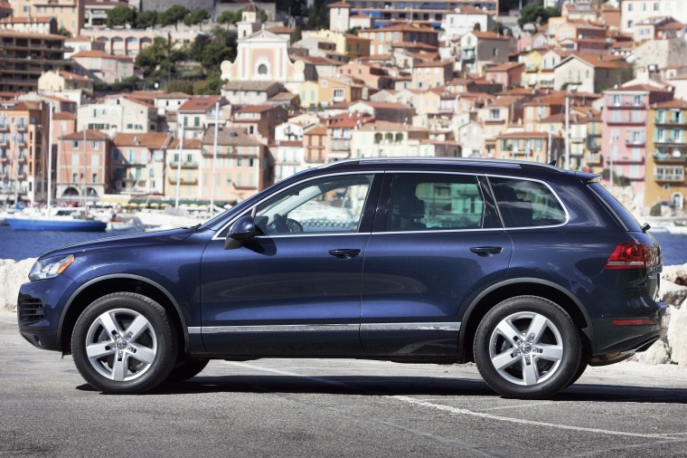 2014 Volkswagen Touareg Hybrid in Night Blue Metallic from a side view
