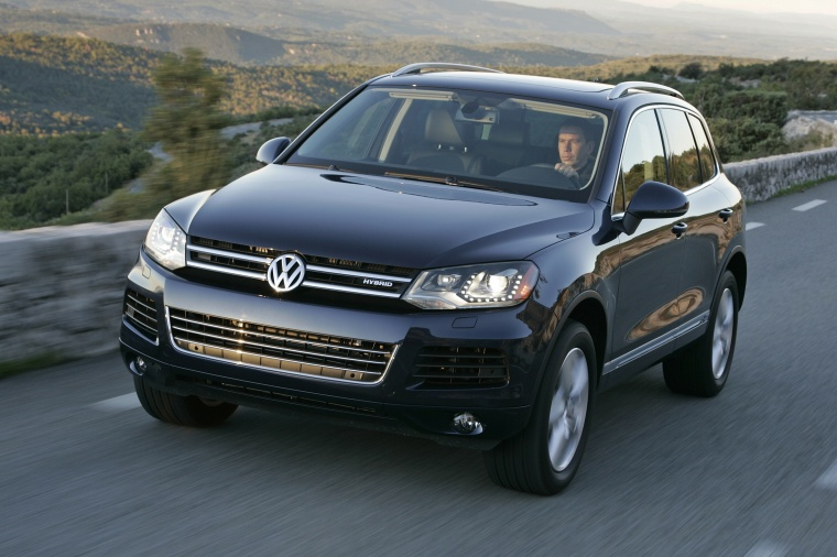 Driving 2014 Volkswagen Touareg Hybrid in Night Blue Metallic from a front left view