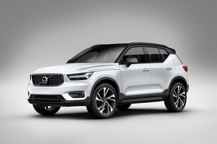 Picture of a 2020 Volvo XC40 T5 R-Design AWD in Crystal White Metallic from a front left three-quarter perspective
