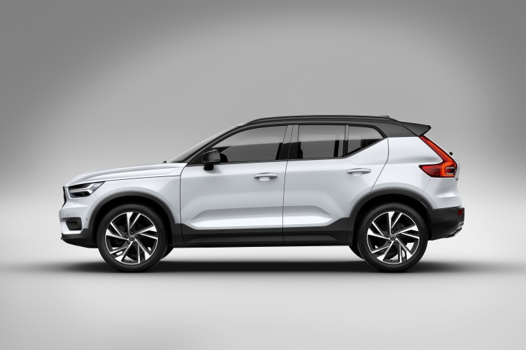 2020 Volvo XC40 T5 R-Design AWD in Crystal White Metallic from a side view