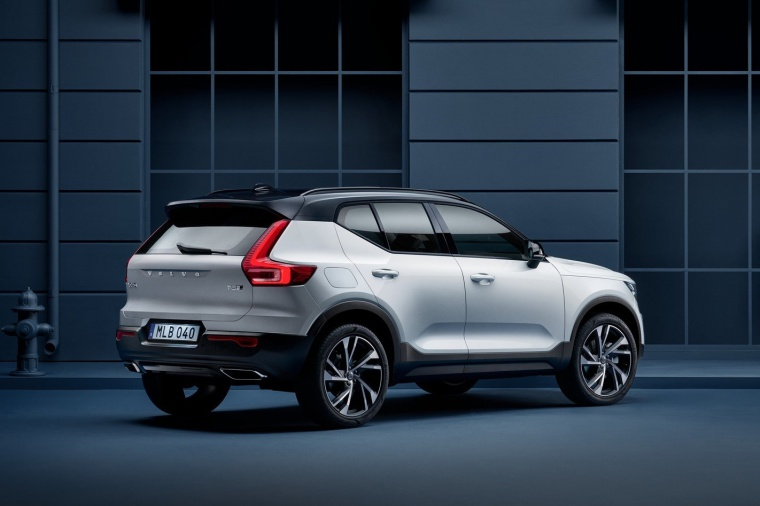 Picture of a 2020 Volvo XC40 T5 R-Design AWD in Crystal White Metallic from a rear right three-quarter perspective