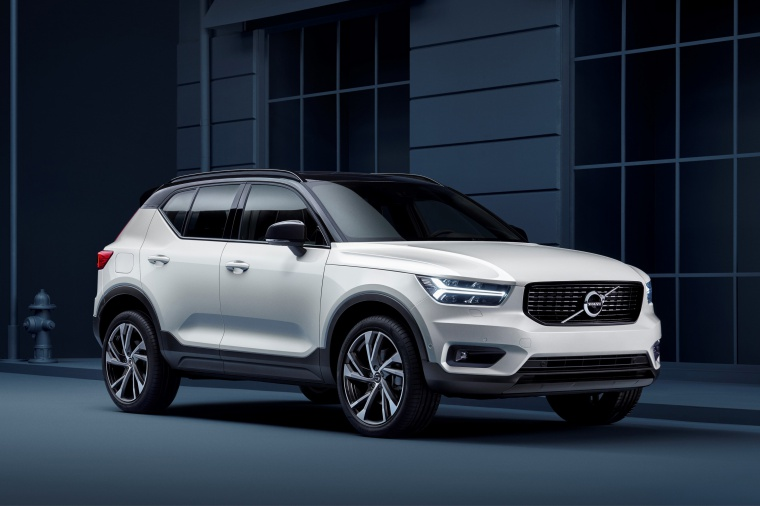 2020 Volvo XC40 T5 R-Design AWD in Crystal White Metallic from a front right three-quarter view
