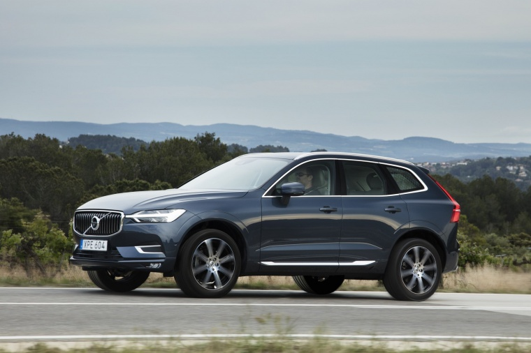 Picture of a driving 2019 Volvo XC60 T6 AWD in Denim Blue Metallic from a front left three-quarter perspective