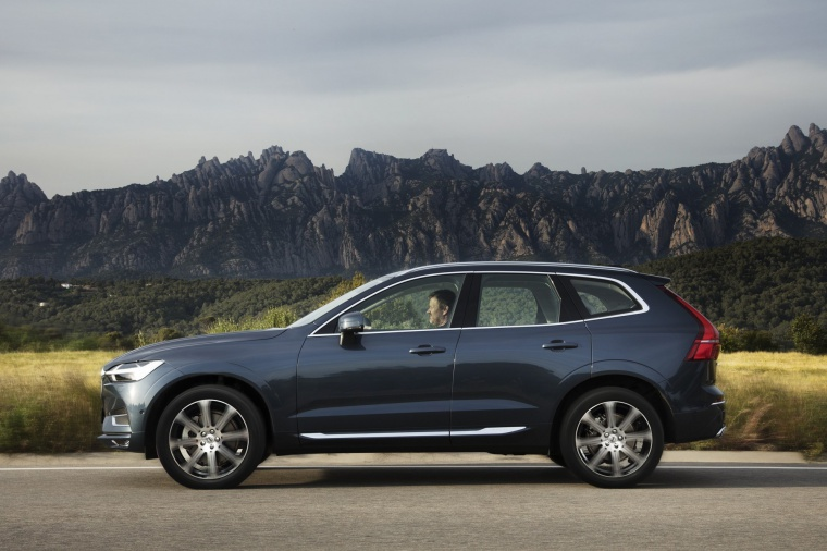Picture of a driving 2019 Volvo XC60 T6 AWD in Denim Blue Metallic from a left side perspective