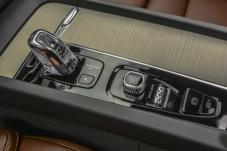 Picture of a 2019 Volvo XC60 T8 eAWD's Center Console